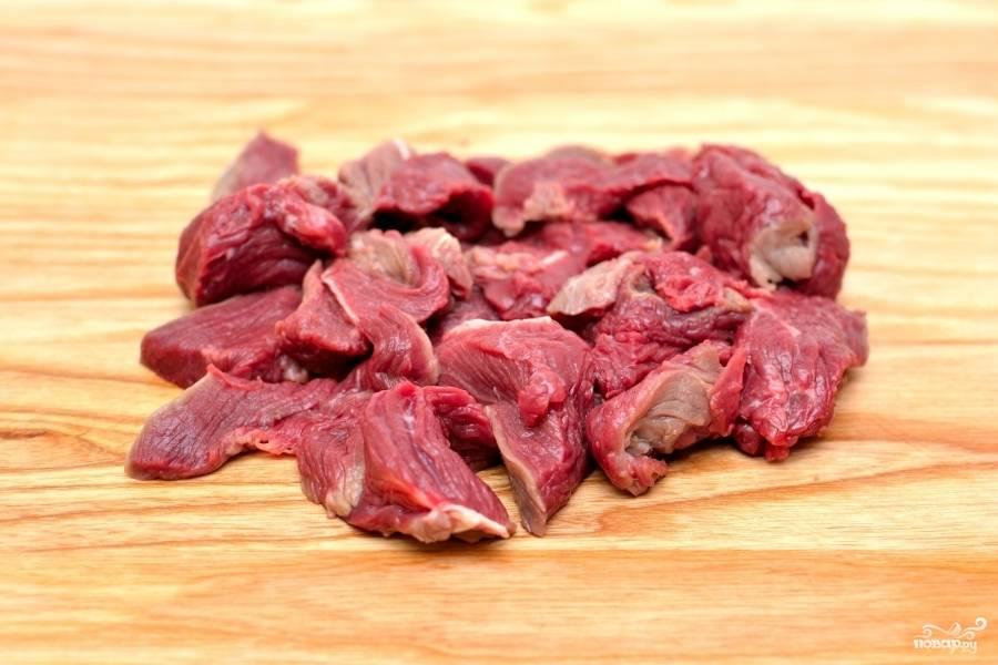 Нарежьте небольшими тоненькими кусочками говяжье филе.