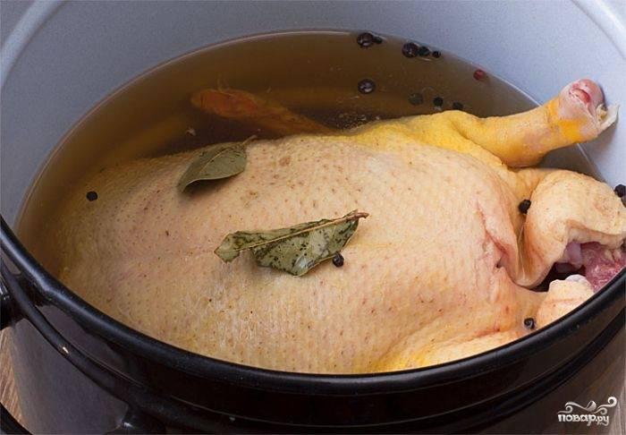 Теперь приготовьте маринад: в посуде смешайте уксус, сок яблочный, соль по вкусу, гвоздику, лавровый лист, перец горошком. Доведите до кипения, попробуйте (маринад должен быть кисло-сладким). Остудите его, затем влейте еще три стакана холодной воды. Перелейте маринад в подходящую кастрюлю, в которую поместится гусь. Гуся окуните в маринад, желательно, чтобы он полностью был покрыт. Если гусь весь не помещается, его надо будет переворачивать время от времени. Мариноваться гусь должен сутки (минимум - ночь) в холодильнике.