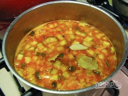 9. Перед подачей солянку можно дополнить зеленью, сметаной, долькой лимона. Приятного аппетита!