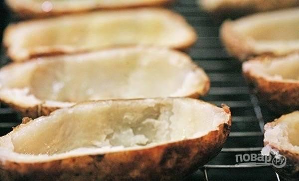 1.Отварите или запеките цельный картофель (приблизительно одинакового размера). Разрежьте готовый картофель на 2 половинки и удалите мякоть, оставьте кожуру с небольшим слоем мякоти.