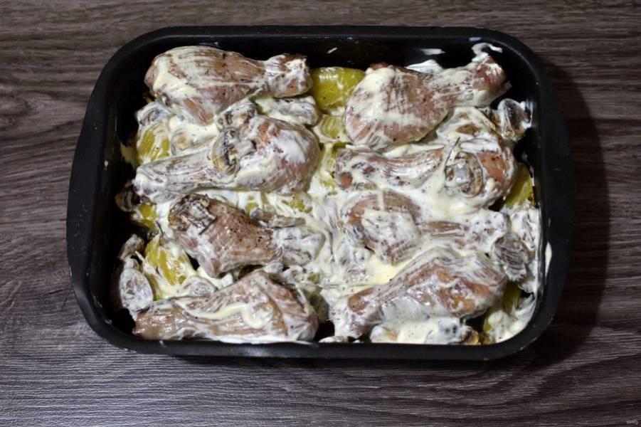 Достаньте форму из духовки и залейте сметаной, подсоленной по вкусу и смешанной с тертым чесноком.