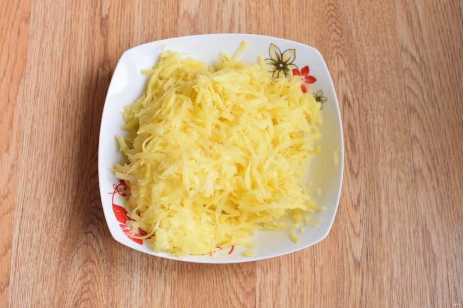 Для начинки картофель натрите на крупной терке и отожмите через марлю сок.