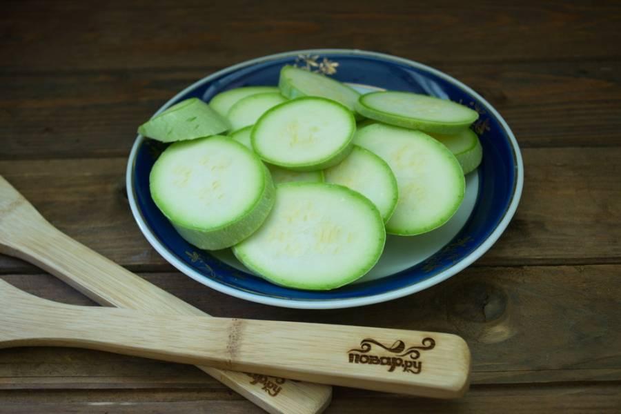 1. Кабачки необходимо перво-наперво вымыть, срежьте у них попки. Нарежьте кабачки средней толщины кружочками.
