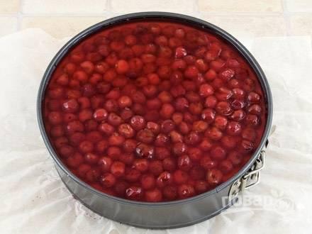 Сок из-под вишневого варенья разбавляю с водой, всыпаю еще пачку желатина. Так же, как и в первый раз, прогреваю желатин до полного растворения. Остужаю. Вытаскиваю из холодильника застывшее на корже суфле. Выкладываем на верх будущего торта ягоды из свежесваренного варенья. Конечно, ягоды должны быть без косточек. Заливаю торт остывшим желе и ставлю обратно в холодильник.