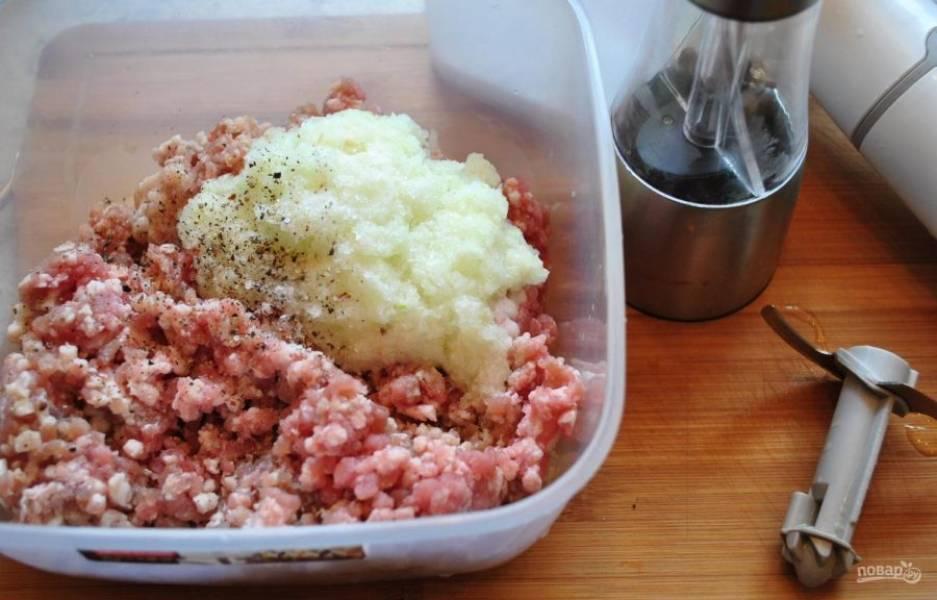 Затем перемешайте кашицу с фаршем, солью и перцем.