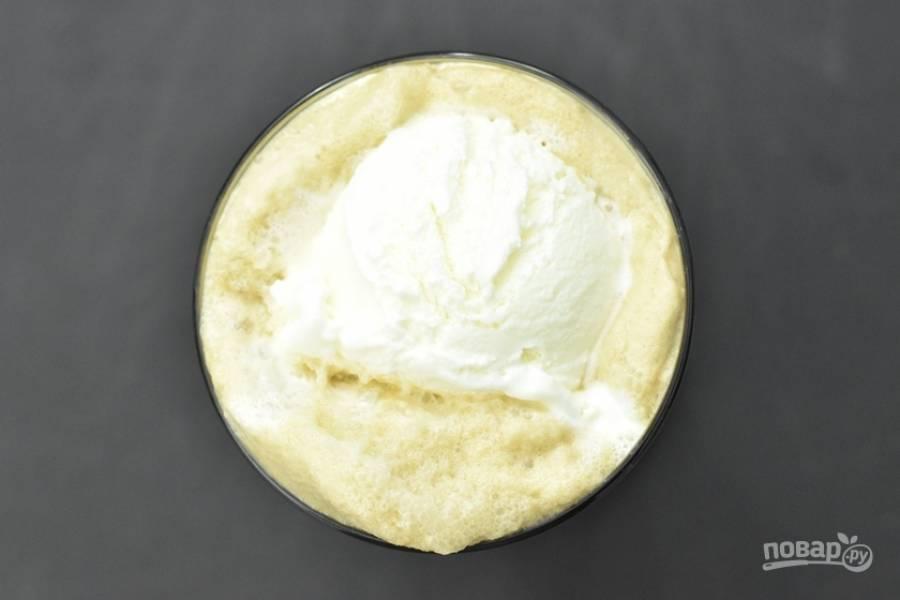 4. Залейте молочную смесь в стакан.