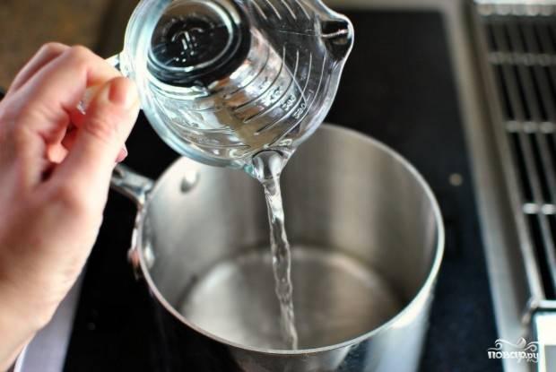 9. В кастрюлю влейте воду, поставьте её на огонь.