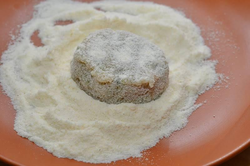 6. Из фарша сформировать котлетки и обвалять их в муке (можно использовать пшеничную или кукурузную).