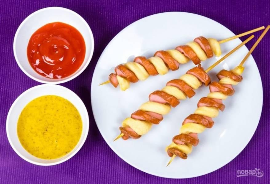 4. Подавайте горячие сосиски с соусом. Приятного аппетита!