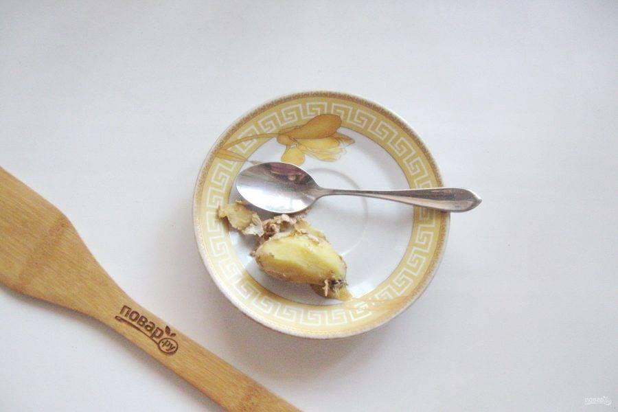 Корень имбиря помойте и очистите. Очень удобно это делать чайной ложкой. Нарежьте имбирь пластинками.