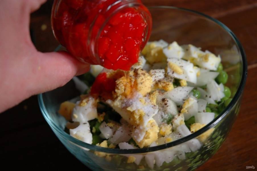 Потом добавьте перец маринованный.