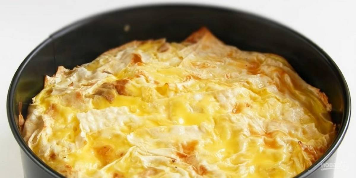 4. Залейте пирог яичной массой, выпекайте его в разогретой до 180 градусов духовке в течение 10-15 минут. Приятного аппетита!