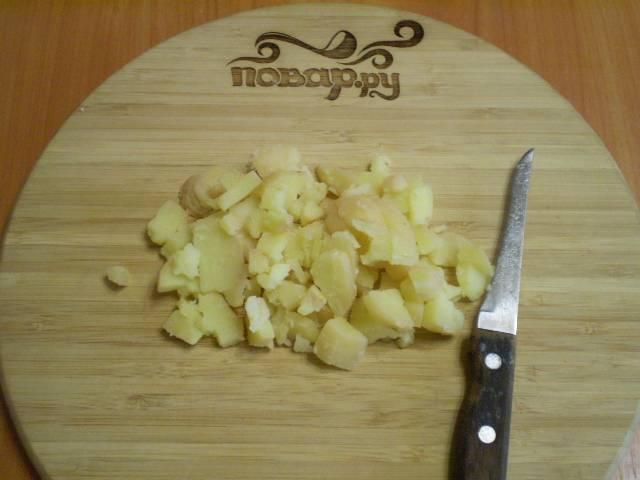 Картофель порежьте кубиками небольшого размера.