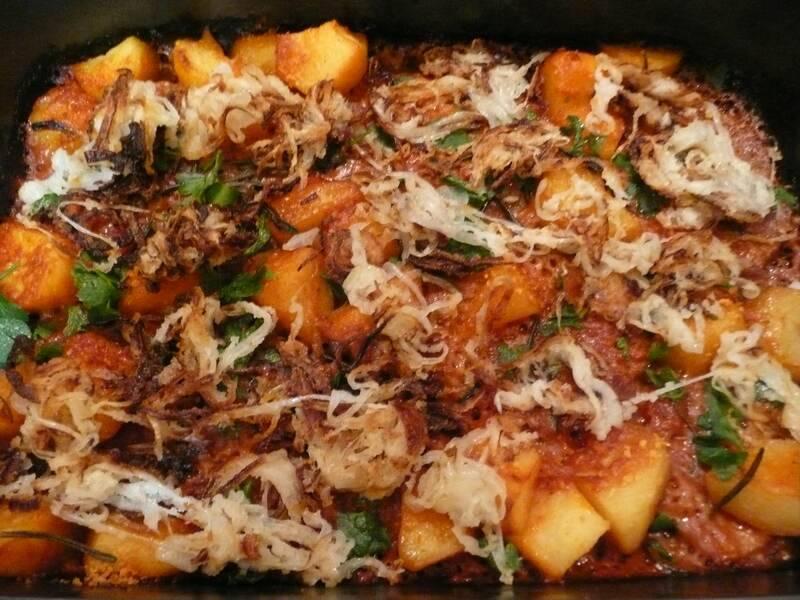 Готовое запеченное мясо под соусом подаем с зеленью и луком обжаренным. Приятного аппетита!