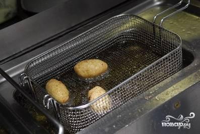 Обжариваем зразы до золотистой корочки во фритюре, либо на сковородке в большом количестве масла.
