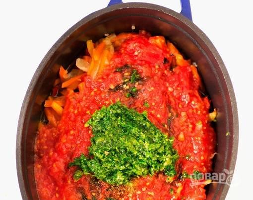 4. Помидоры ошпарим, чтобы снять шкурку. Полученную мякоть перетираем с солью и добавляем к овощам. Убавим огонь и продолжим тушить. Отдельно чеснок перетираем с кинзой и орехами, добавим к блюду.