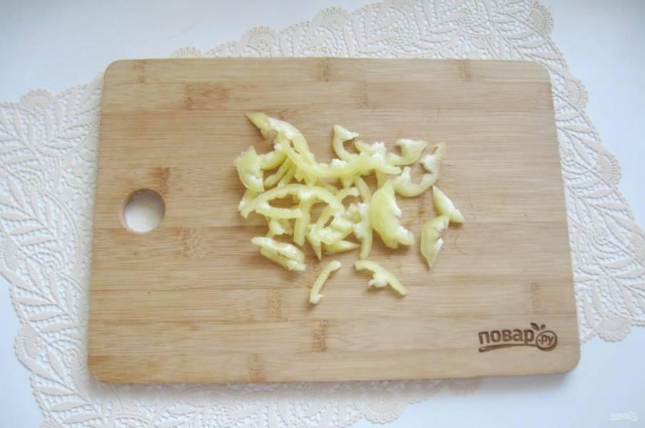 Болгарский перец очистите, помойте и нарежьте соломкой.