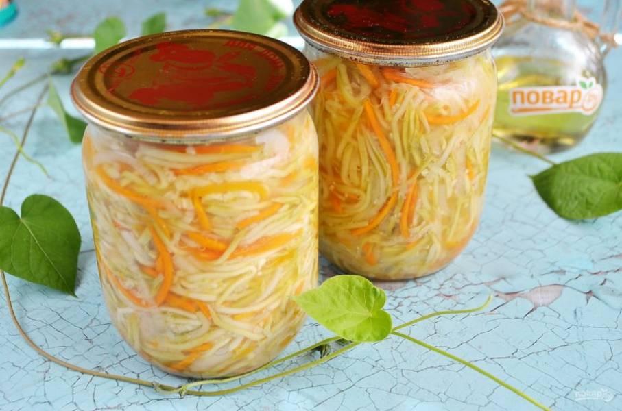 9. Остывший салат можно убрать для хранения в прохладное место.