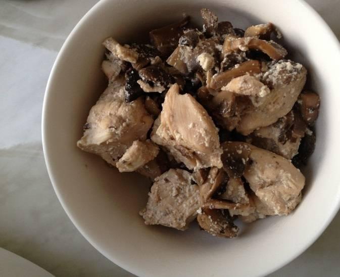 Готово! У вас на столе вкуснейшее мясо с душистыми грибами. Приятного аппетита!