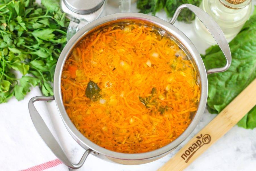 Выключите нагрев и выложите овощную зажарку в кастрюлю с картофелем.
