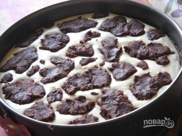 Оставшееся тесто поломайте на кусочки. Уложите его поверх начинки.