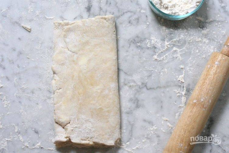2.Условно разделите тесто на 3 полоски, крайние уложите на центральную, сформировав конверт.