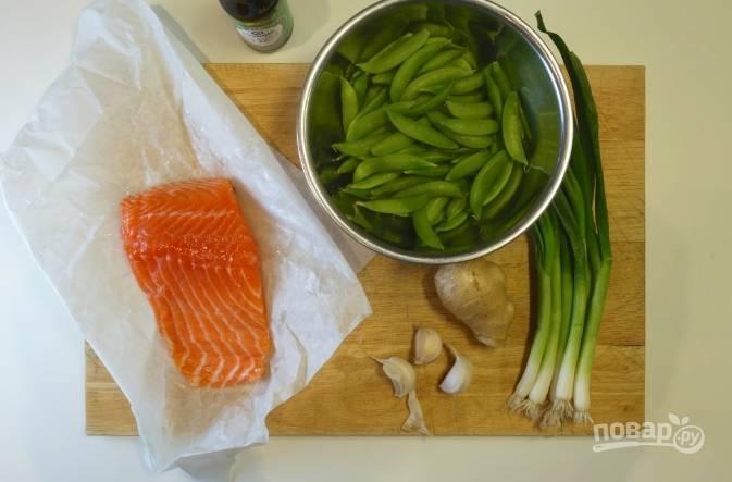 1. Подготовьте все необходимые ингредиенты. Зеленый горошек в данном случае будет на гарнир.