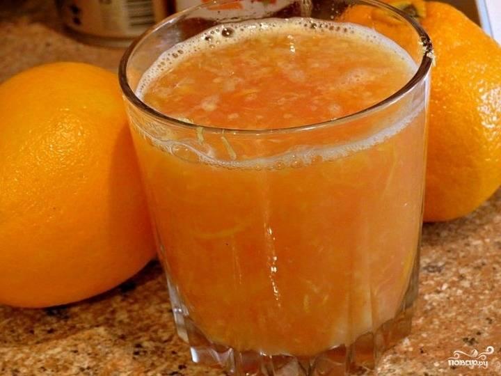Заливаем содержимое тыквы свежевыжатым соком апельсинов. Посыпаем цедрой. Отправляем фаршированный овощ в духовку на пару часов. Температуру устанавливаем 180 градусов.
