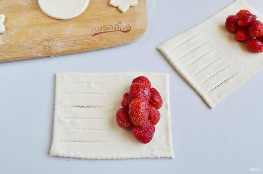 9. На другой край положите ягоды.