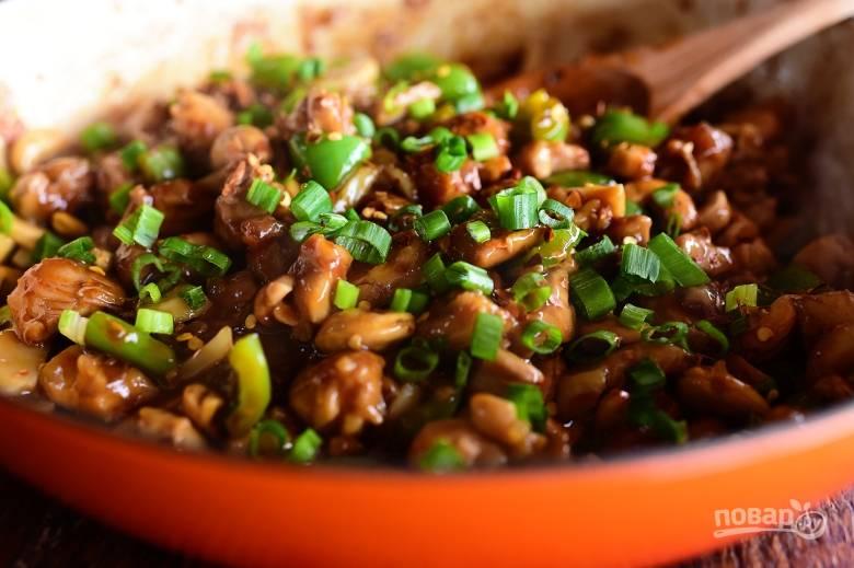 5. Украсьте блюдо измельченным зеленым луком, протушите подливу пару минут и подавайте к столу.