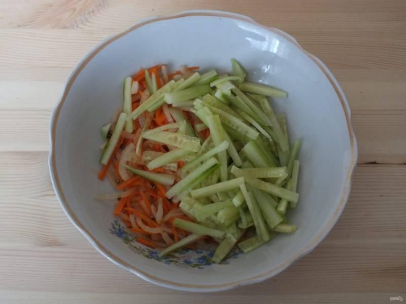 Добавьте в салатник. Овощи посолите, добавьте семена кориандра, уксус. Слегка перетрите руками и оставьте на 20 минут.