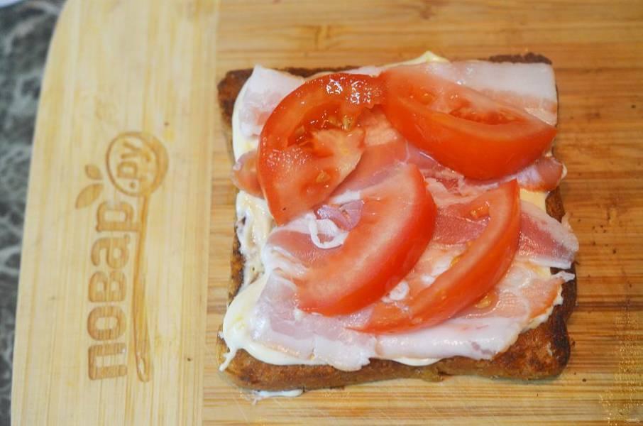Затем – нарезанный дольками помидор.