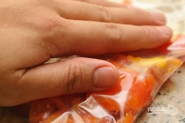 6. Разложите по пакетикам, слегка прижмите, чтобы они занимали меньше места, и отправьте в морозилку.  Свежие помидоры на зиму в домашних условиях готовы!
