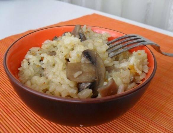 Когда жидкость выкипит, а рис уже приготовится, дайте блюду настояться 10 минут под крышкой, а затем подавайте на стол. Приятного аппетита!