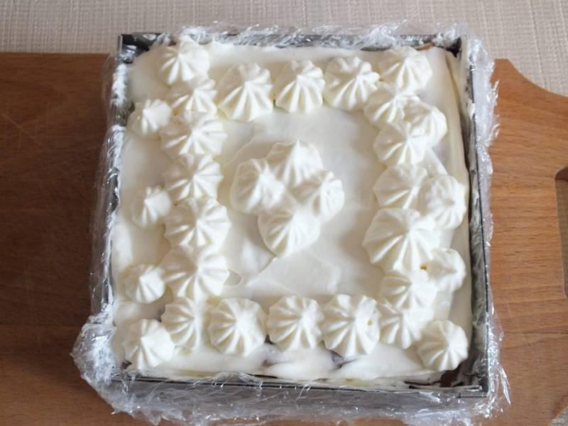 Распределите равномерно по торту крем. По желанию оформите верх. Уберите торт в холодильник на 30 минут.