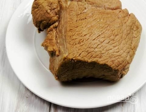 Затем переложите телятину на блюдо и нарезайте тонкими ломтиками. Подавайте с горчицей, хреном или с овощами, а можно и к любому гарниру.
