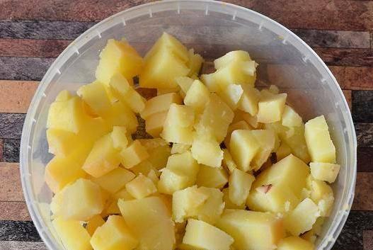 Теперь собирайте салат слоями. В глубокую форму выложите картофель, смажьте его майонезом. Затем посыпьте сыром, а сверху уложите морепродукты, которые тоже смажьте майонезом. Потом — яйца, оставшийся майонез и морковь.