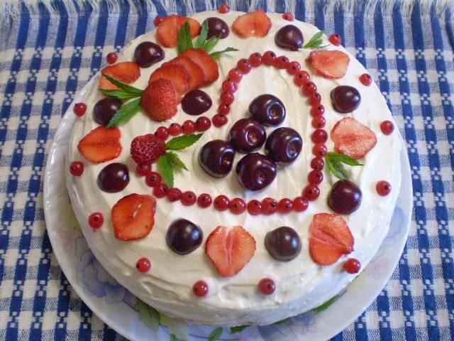 12. Украсьте торт на ваше усмотрение. Дайте пропитаться час в холодном месте. Торт готов!