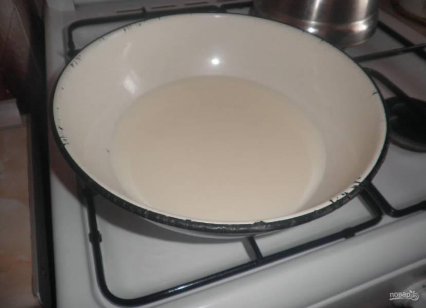 1.Молоко переливаю в миску и ставлю на огонь, довожу до кипения, можно в микроволновой печи.