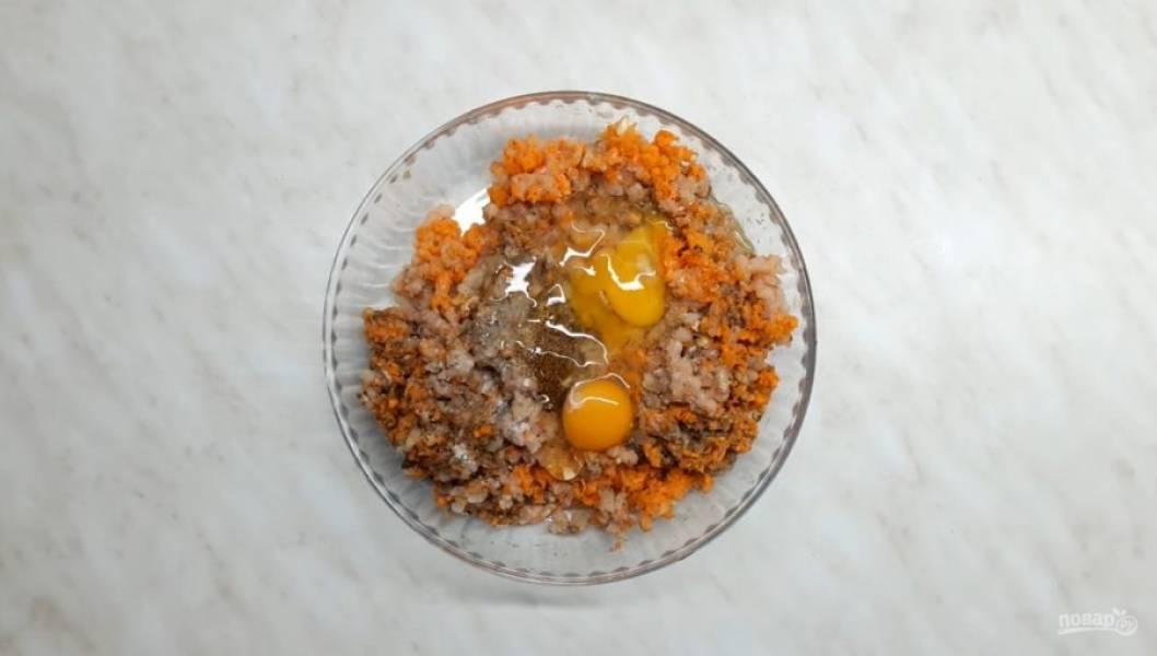 2. Далее добавьте в фарш горчицу, соль, кориандр, острый перец и яйца. Далее хорошо перемешайте фарш.