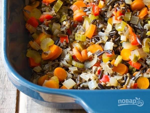 2. Добавьте соль и специи, аккуратно перемешайте. Влейте воду или бульон, накройте форму фольгой и отправьте в духовку минут на 70-80.