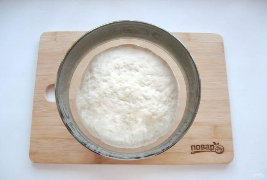 Поставьте тесто в теплое место, предварительно накрыв его пищевой пленкой. Через 60-80 минут оно подойдет и будет готово к работе.