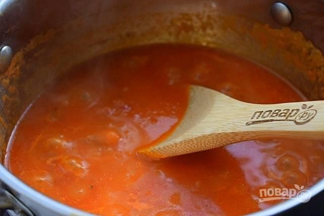 Затем перелейте смесь в кастрюлю с широким дном или сотейник. Протушите суп в течение 7-10 минут до загустения, периодически помешивая.