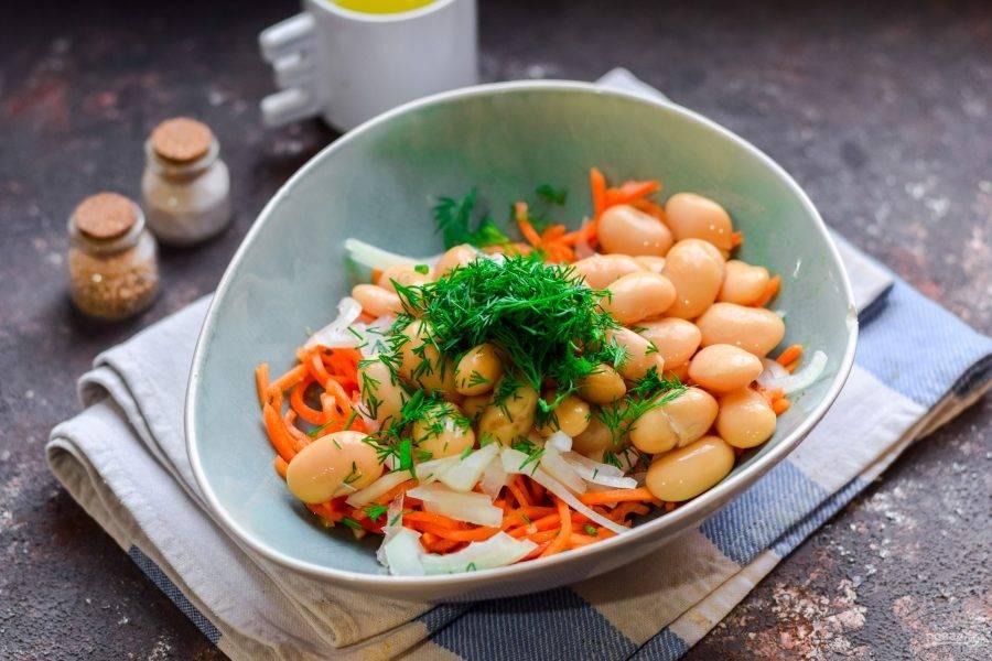 Укроп сполосните и мелко нарежьте, добавьте в салат. Также влейте масло, соль и перец.