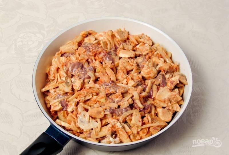 Переложите продукты на сковороду с маслом, предварительно перемешав их с майонезом.
