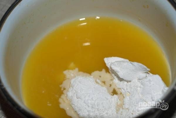 8.В холодном соке развожу крахмал и оставшийся сахарный песок, перемешиваю.