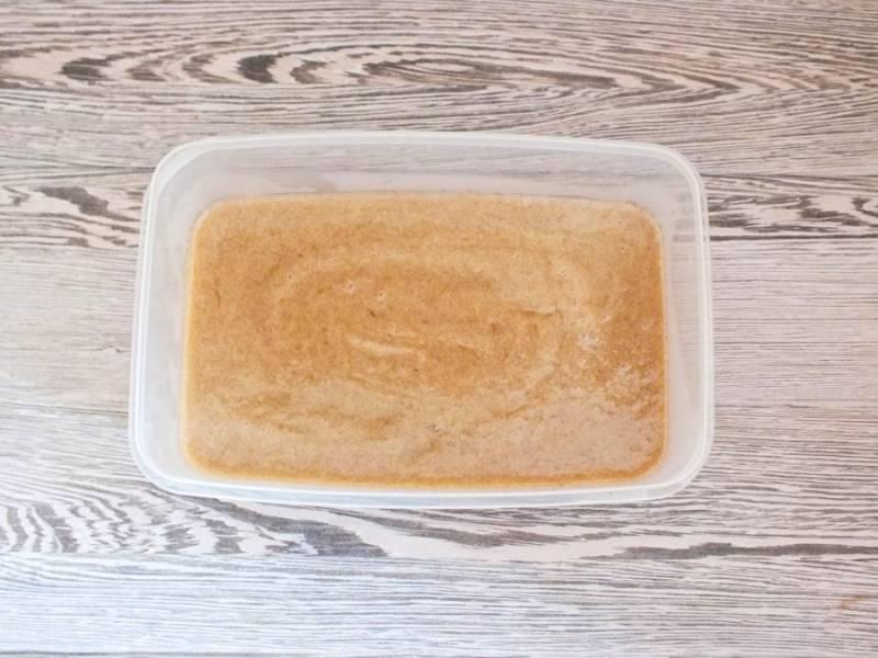 Горячую массу вылейте в форму или в формочки. Охладите  при комнатной температуре, после уберите в холодильник на 5 часов.