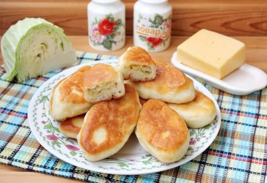 Пирожки с капустой и сыром готовы. Можно подавать к столу. Приятного аппетита!