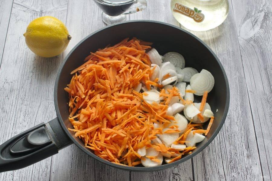 Лук и чеснок измельчите, морковь натрите на терке. На сковороде разогрейте 1 ст. л.  растительного масла. Пассеруйте овощи в течение 3 минут.
