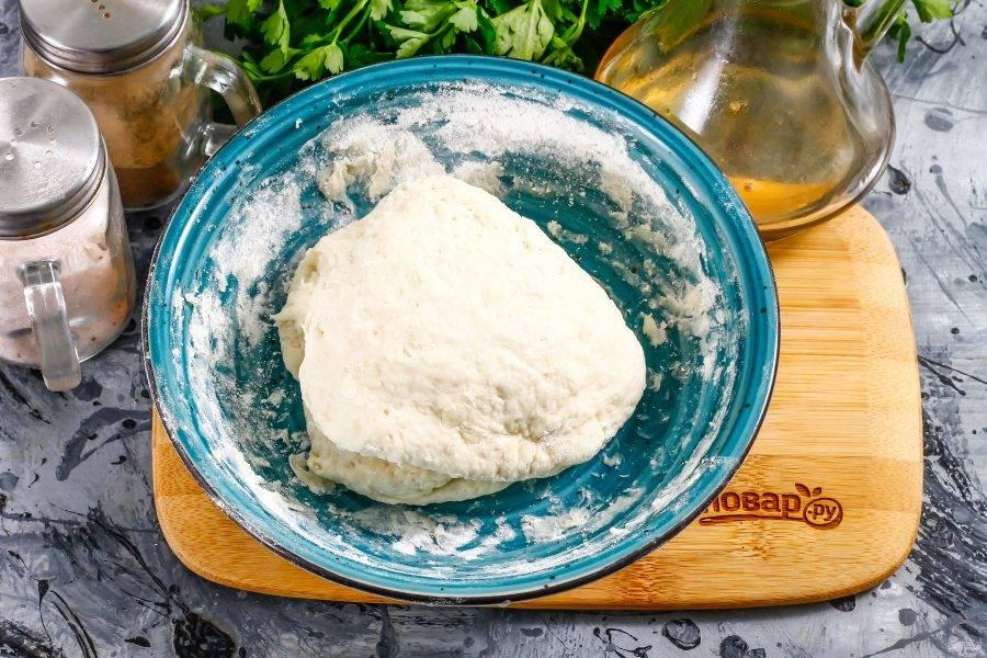 Замесите плотное и тугое тесто, оставьте его в емкости на 15-20 минут для активации клейковины.